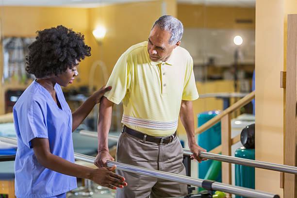 feminino fisioterapeuta trabalhando com paciente do sexo masculino - ortopedia - fotografias e filmes do acervo