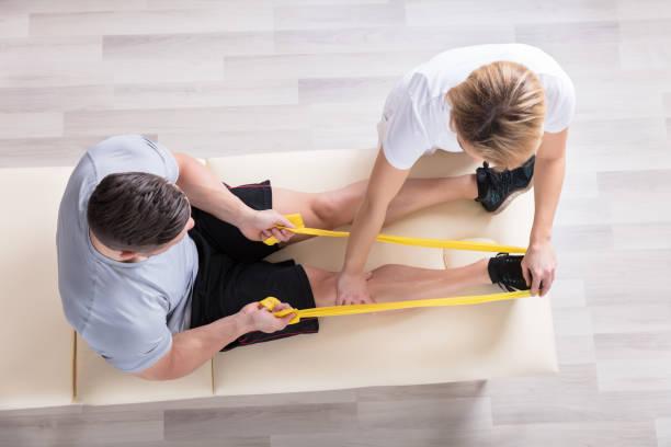 여성 physiotherapist 주는 운동 치료 - physical therapy 뉴스 사진 이미지