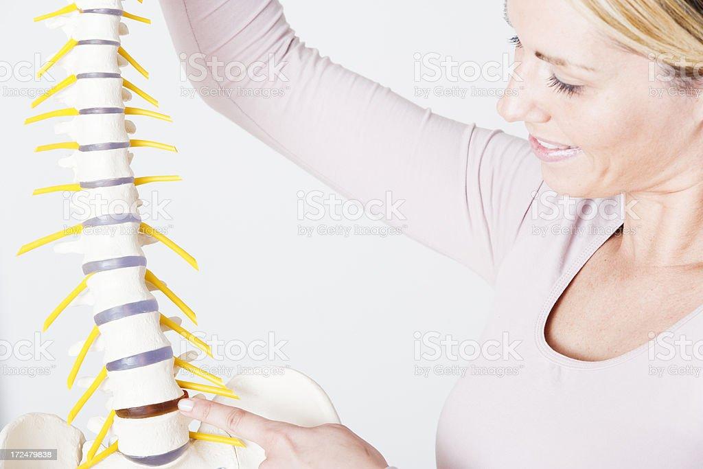 Frau mit Wirbelsäule Physiotherapeuten – Foto