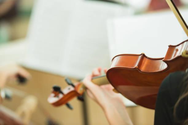 frauen spielen violine - notenständer stock-fotos und bilder