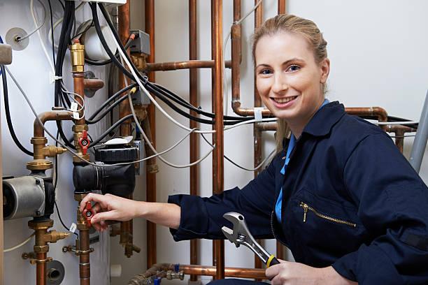 Weibliche Klempner Arbeiten an der Zentralheizung Boiler – Foto