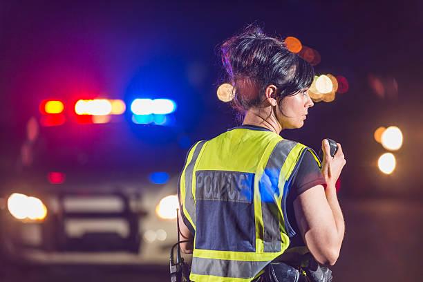 donna poliziotto notturno, parlando alla radio - talk in a radio foto e immagini stock