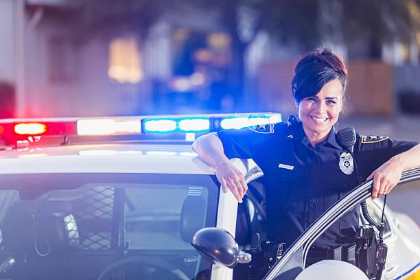 kobieta policjant stojący obok samochodu patrolowe - policja zdjęcia i obrazy z banku zdjęć