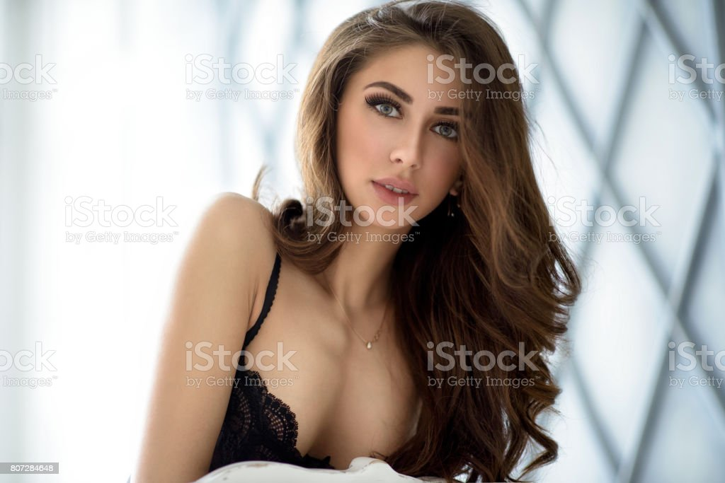 64ba87bc6 Retrato feminino da senhora bonito no sutiã preto dentro de casa foto  royalty-free