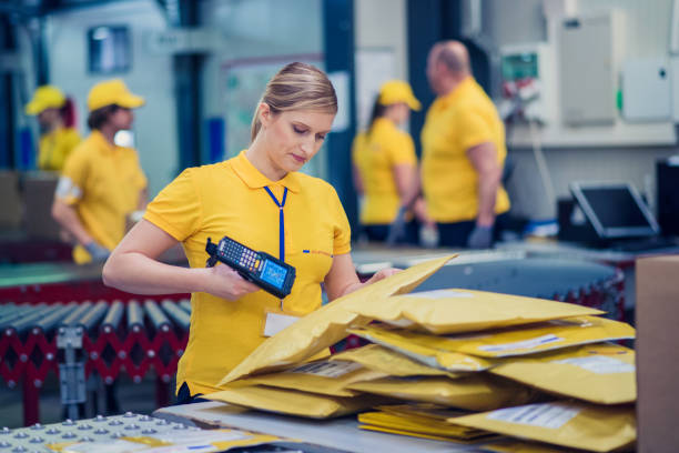 여성 우편 배달 부 - postal worker 뉴스 사진 이미지