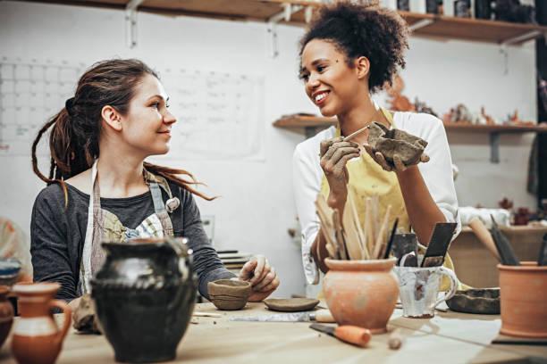 ceramistas femininas no estúdio de arte - cerâmica artesanato - fotografias e filmes do acervo