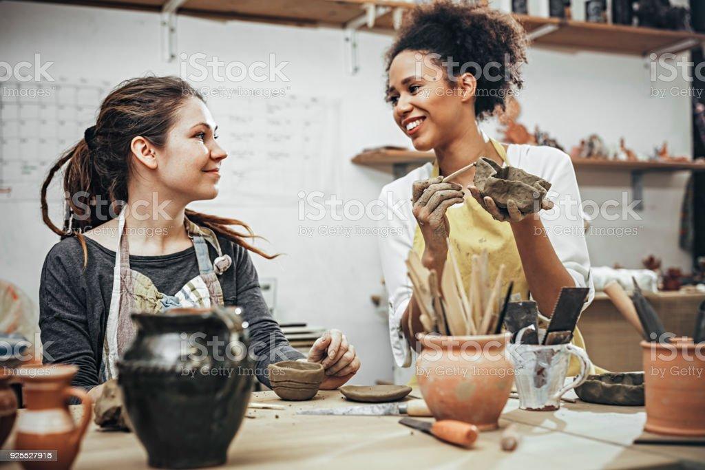 Weibliche Töpfer im Kunstatelier – Foto