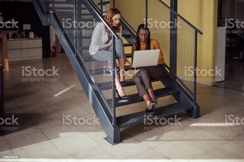 Frauenpower, Frauen, die Arbeiten am Laptop im Büro – Foto