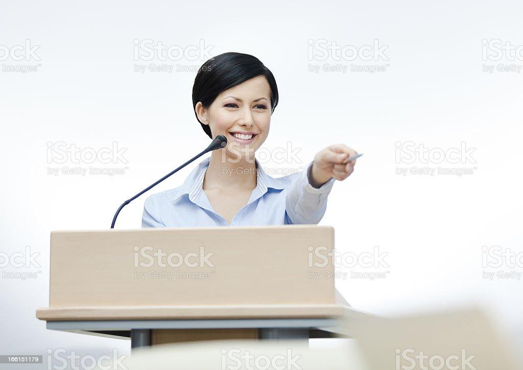 Hembra Presentador en la placa - foto de stock