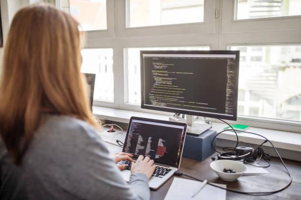 女性專業製作新軟體程式 - 僅一名中年女子 個照片及圖片檔
