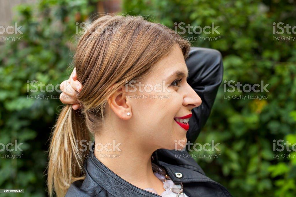 Peinado de cola de caballo de perfil femenino - foto de stock