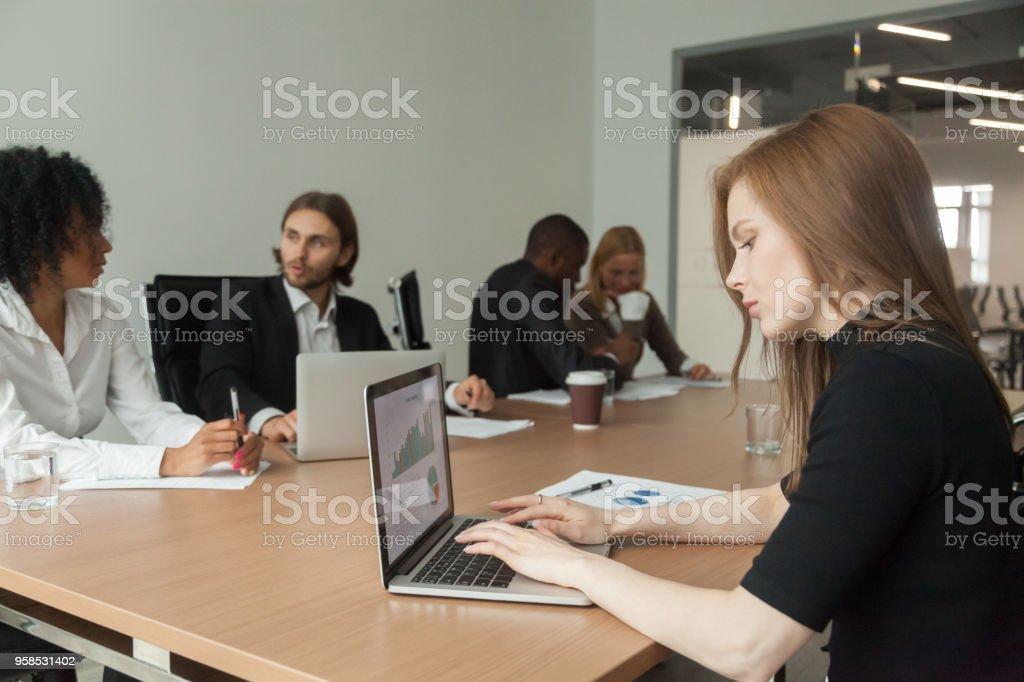 Weibliche Projektmanager arbeiten am Laptop Tagung analysieren Statistiken – Foto