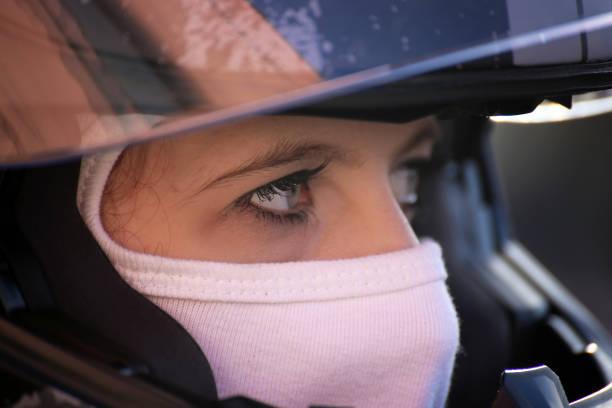 Rennfahrerin trägt Helm und Balaclava – Foto