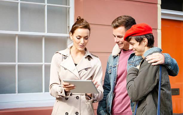 weibliche immobilienmakler mit tablet zu verkaufen hotel - frisch verheirateten beratung stock-fotos und bilder