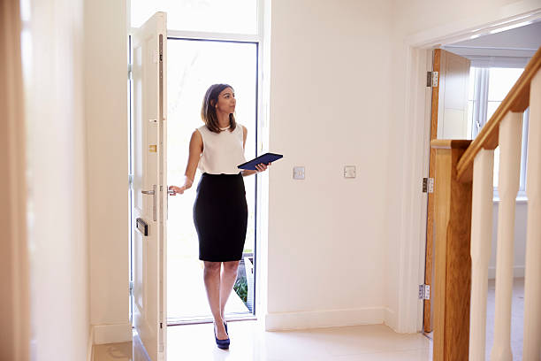 Female Realtor In Hallway Carrying Out Valuation – Foto