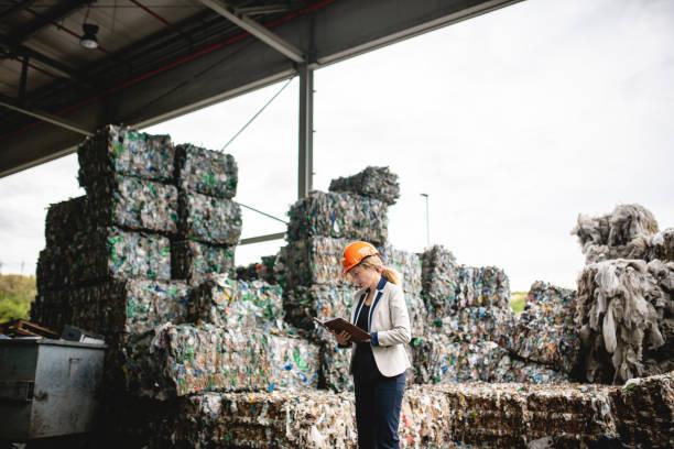 Female Recycling Inspector Überprüft Notizen im Organizer – Foto