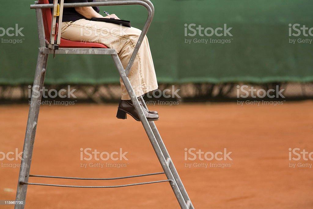 Feminino árbitro em uma quadra de tênis de saibro - foto de acervo