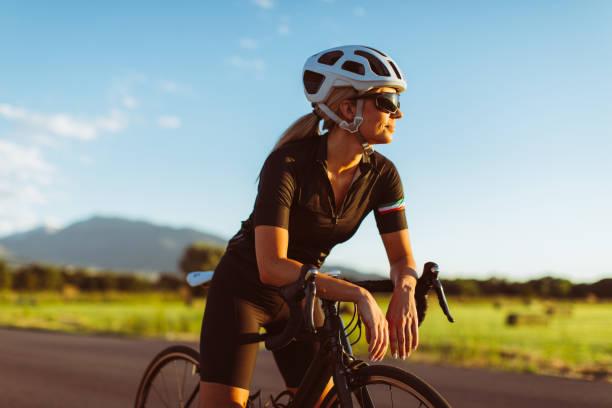Female Riding Road Bike im Sommer – Foto