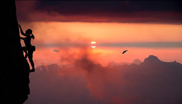 Weibliche Felsklettern und Berg Sonnenuntergang – Foto