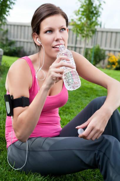 weibliche läufer trinkwasser - canda armband stock-fotos und bilder