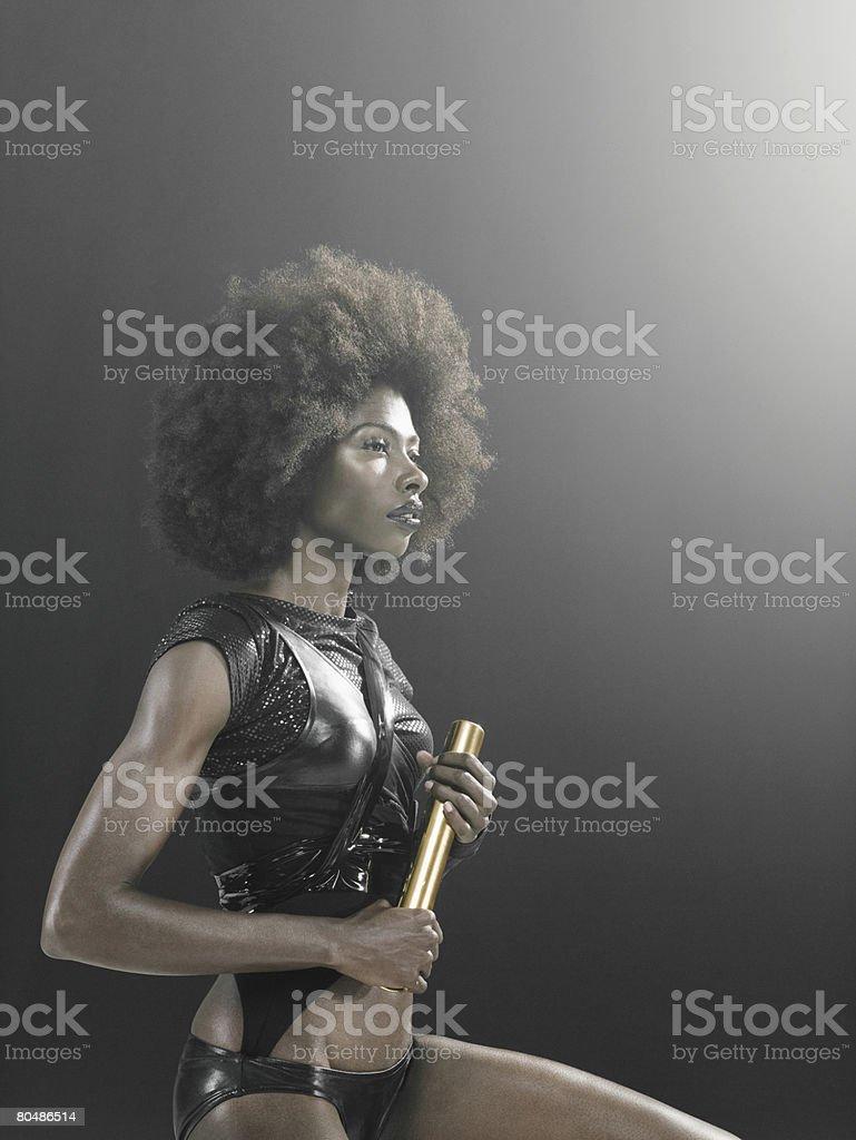 Um corredor feminino segurando um Bastão de Corrida foto de stock royalty-free