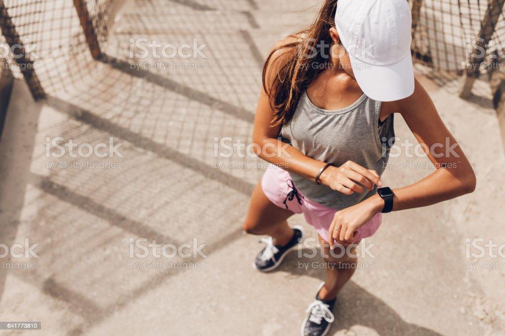Weibliche Läufer Blick auf smart-Uhr Pulsmesser – Foto