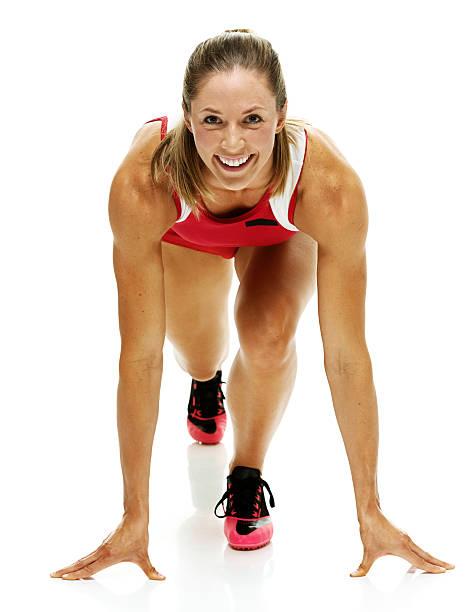 donna atleta sulla linea di partenza - corsa su pista femminile foto e immagini stock