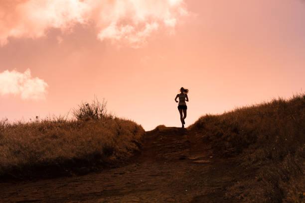 kvinnliga löpare - jogging hill bildbanksfoton och bilder