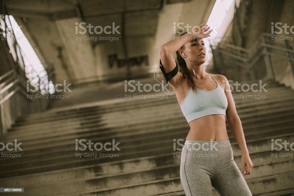 Kvinnliga löpare vilar - Royaltyfri Aktiv livsstil Bildbanksbilder