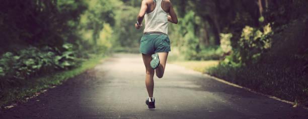 Läuferinnen laufen auf sommerliche Parkpiste . Gesunde Fitness Frau Joggen im Freien. – Foto