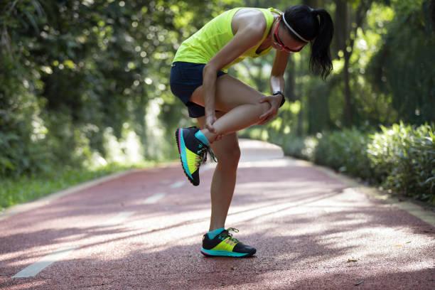 runner femme souffrant de douleur sur les sports en cours d'exécution des blessures - mi jambe photos et images de collection