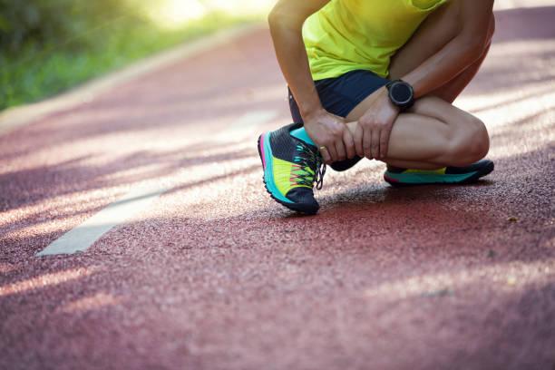 スポーツ ランニング障害で痛みで苦しんでいる女性ランナー - 脛 ストックフォトと画像