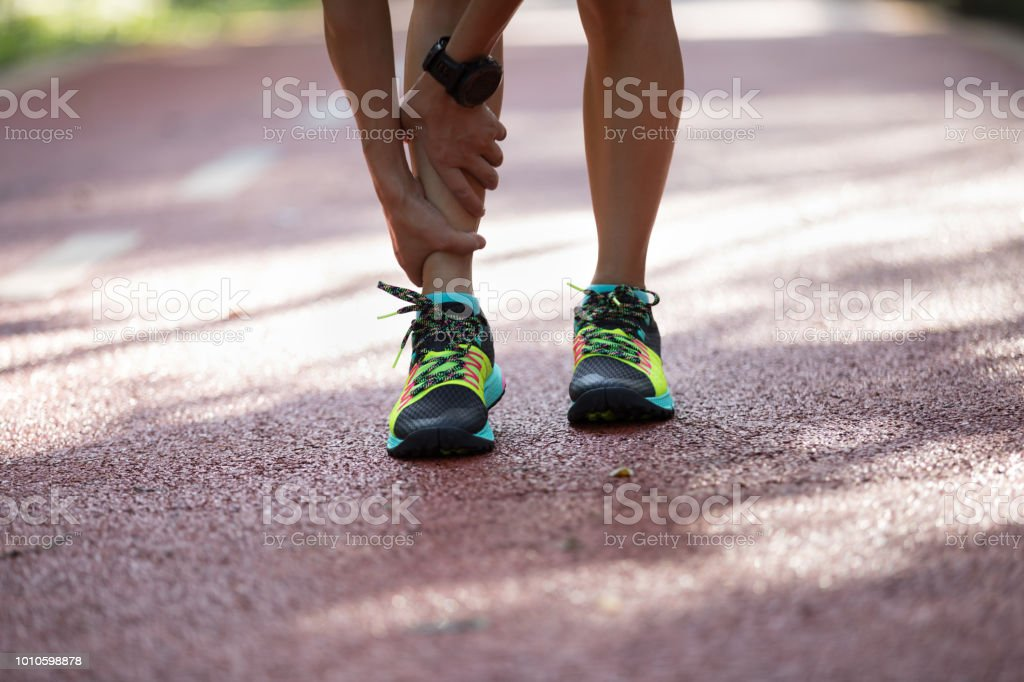 Female runner suffering with pain on sports running injury – zdjęcie