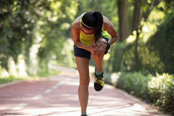 coureur de femme souffrant de douleur sur les sports de blessure au genou en cours d'exécution - mi jambe photos et images de collection