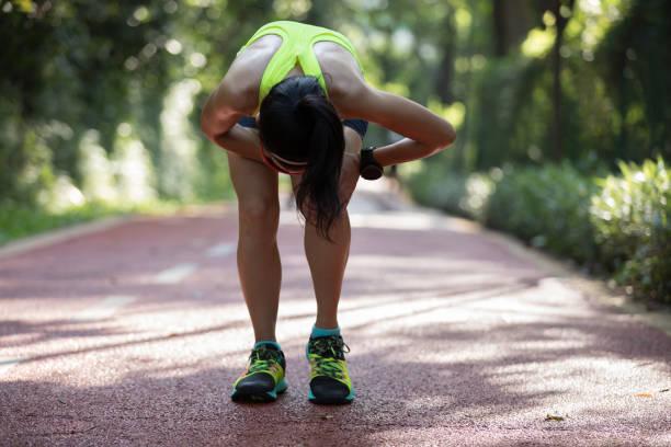 Weibliche Läufer mit Schmerzen auf Sport laufen Knieverletzung leiden – Foto