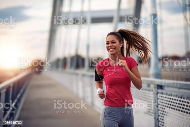 Vrouw Uitgevoerd In De Stad Stockfoto en meer beelden van Actieve levenswijze