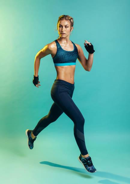 vrouwelijke running training - atlete stockfoto's en -beelden