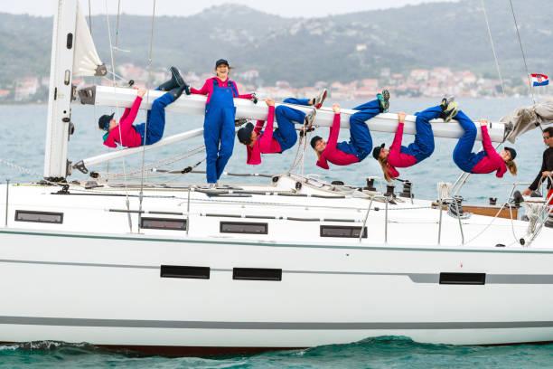 Feminino Regata tripulação posando em um barco à vela - foto de acervo
