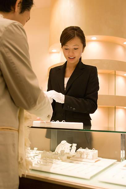雌 salesclerk のサービスの顧客 - 小売販売員 ストックフォトと画像