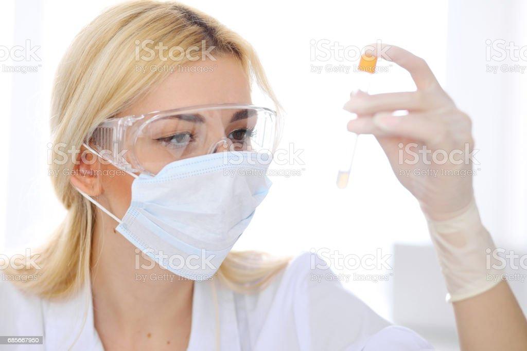 실험실에서 명확한 솔루션으로 여성 과학 연구 팀 royalty-free 스톡 사진