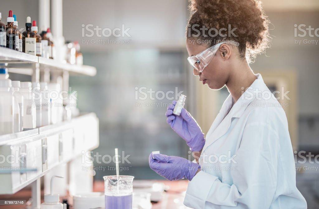 Wissenschaftlerin arbeiten im Labor – Foto
