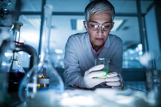 femmina scienziato lavorando su un nuovo esperimento. - ricerca scientifica foto e immagini stock