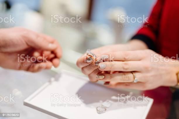 Kvinnliga Säljaren I En Lyx Smyckesbutik Presenterar En Ring-foton och fler bilder på Affär