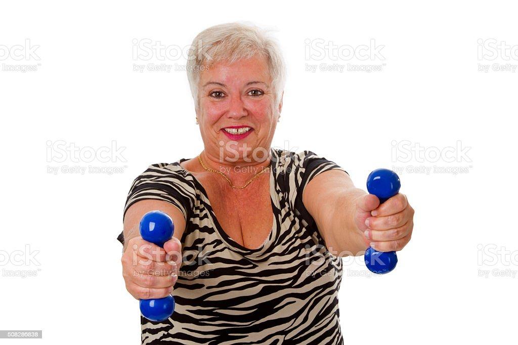 Mujer senior con pesa - foto de stock