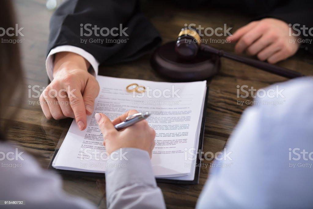 Frau Unterzeichnung Vertrag – Foto