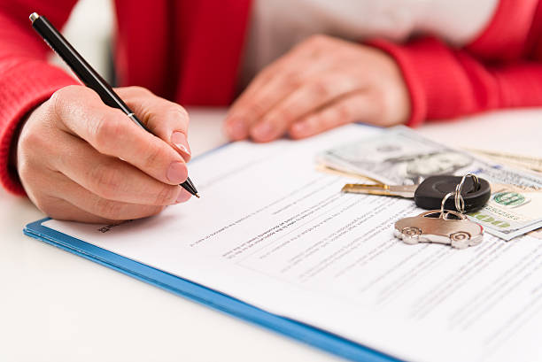 Female signing rent contract – Foto