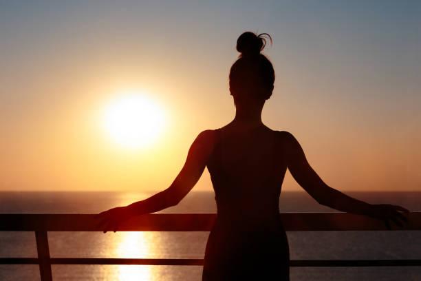 Weibliche Silhouette auf dem Balkon Admiring Sunrise – Foto