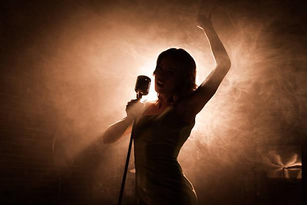 femme chanteuse - chanteuse photos et images de collection