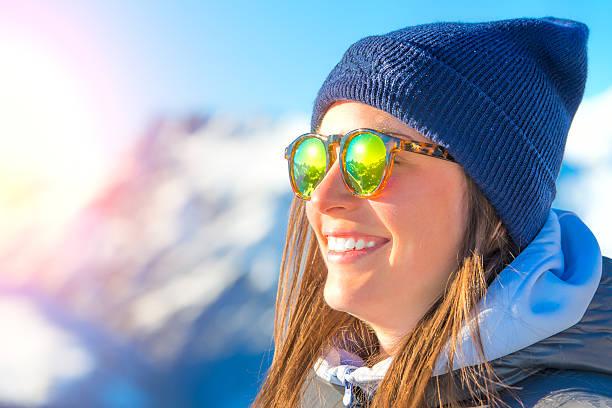 Weibliche Skifahrer mit Skiern lächelnd und tragen ski-Gläser – Foto