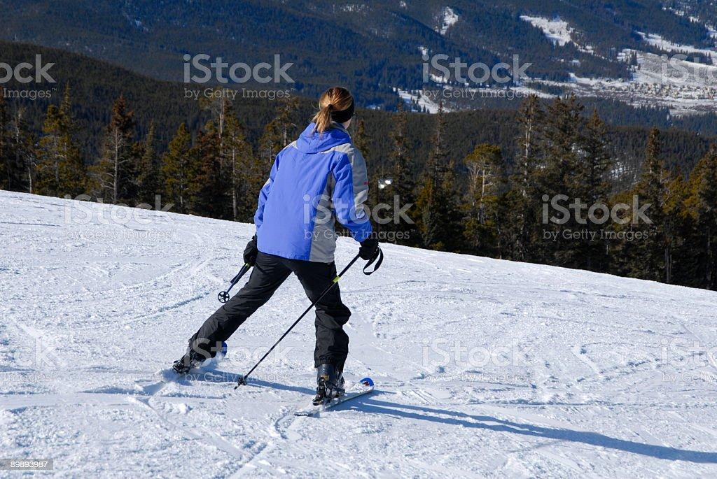 Hembra persona esquiando foto de stock libre de derechos